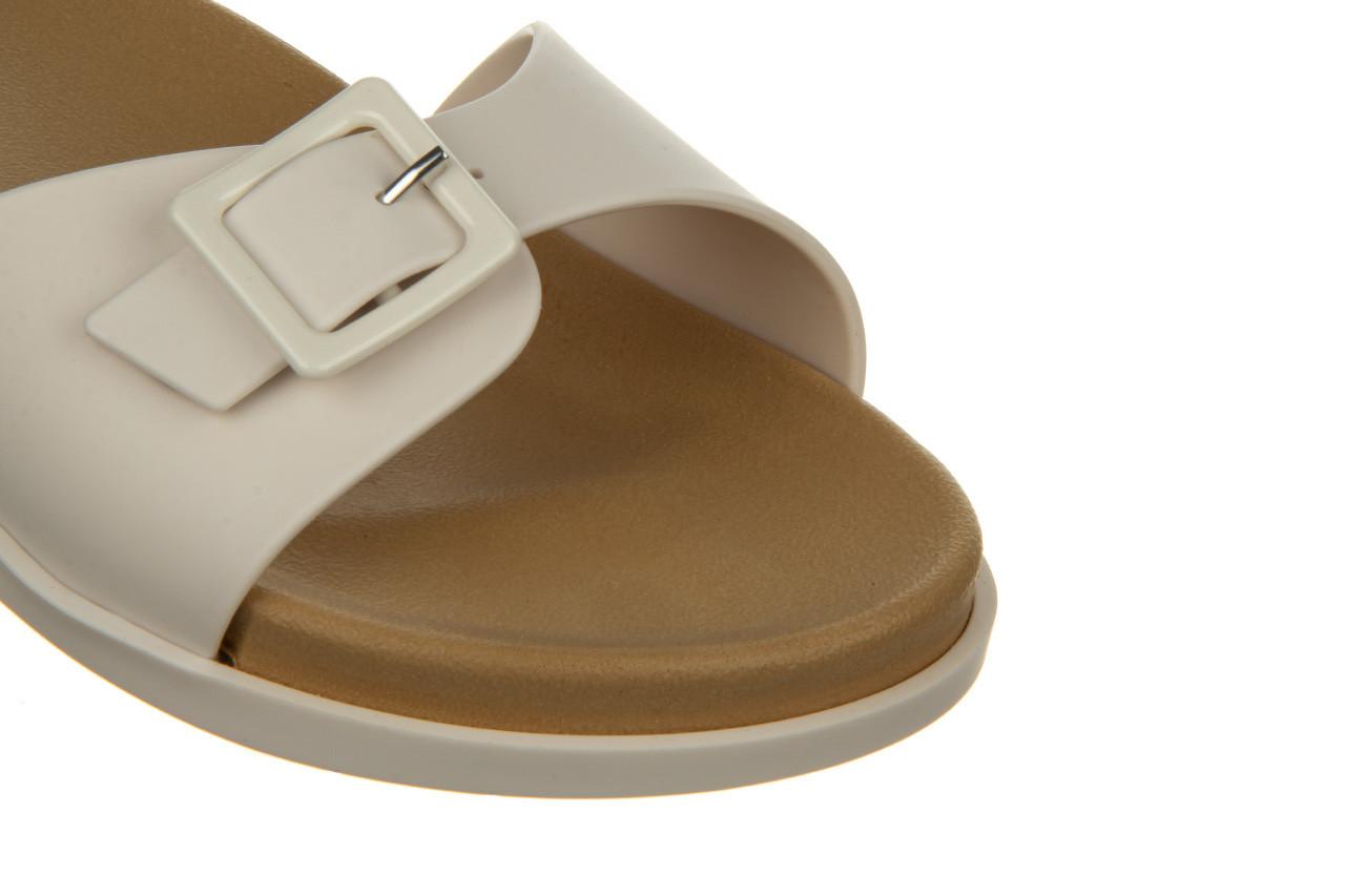 Klapki melissa wide slide ad white beige 010367, biały, guma - nowości 11