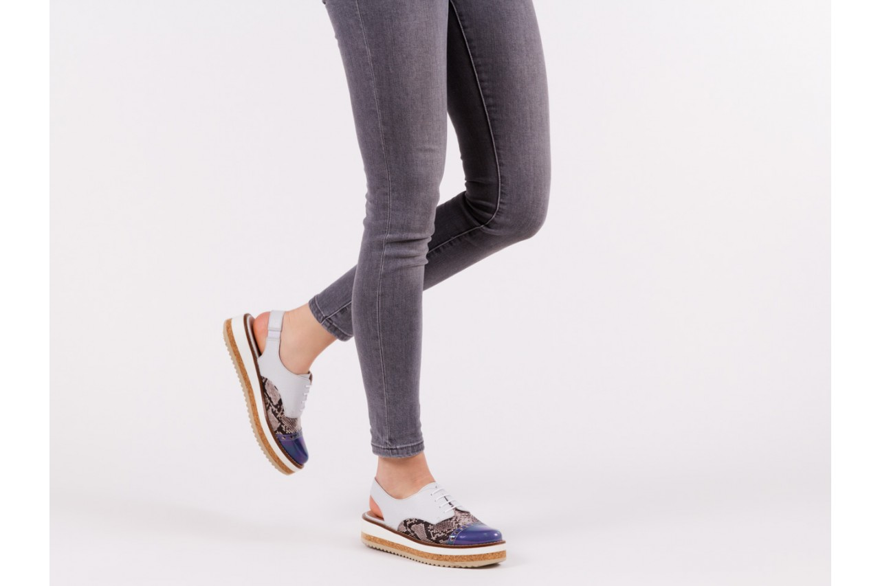 Półbuty wonders a-3913 petrol jeans, biały/ wąż, skóra naturalna 14